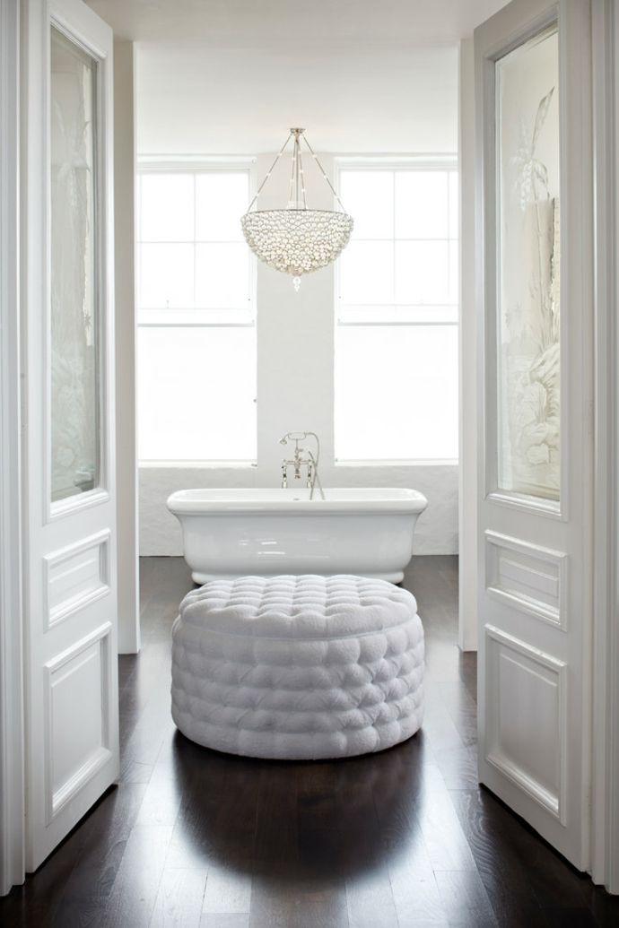 Üppiges Badezimmer in Weiß-Zeitgenössische Kronleuchter fürs Wohnzimmer