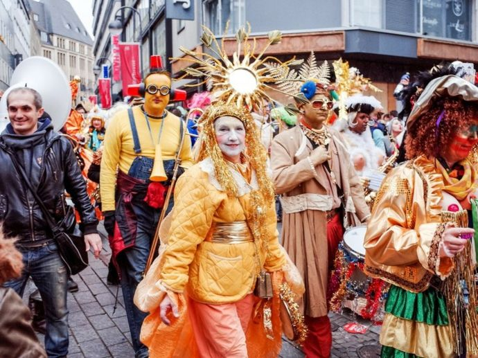 Ausgefallene Kostümideen auf den Straßen Kölns-Karneval