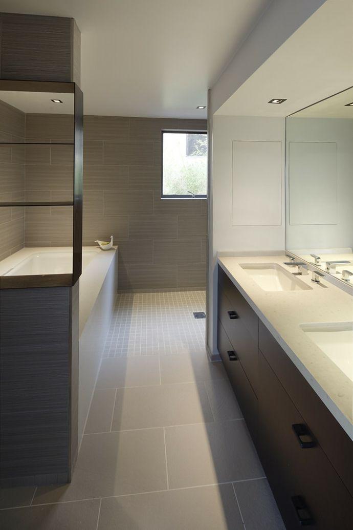 Bad Badewanne Waschbecken Spiegel Fliesen Einbaustrahler Weiß Beige modern schlicht-Badezimmereinrichtung