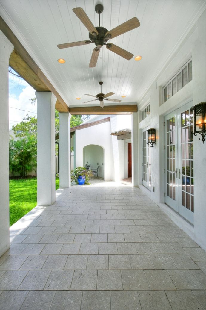 Bedeckte Veranda im gehobenen Stil-Gestaltung der Veranda