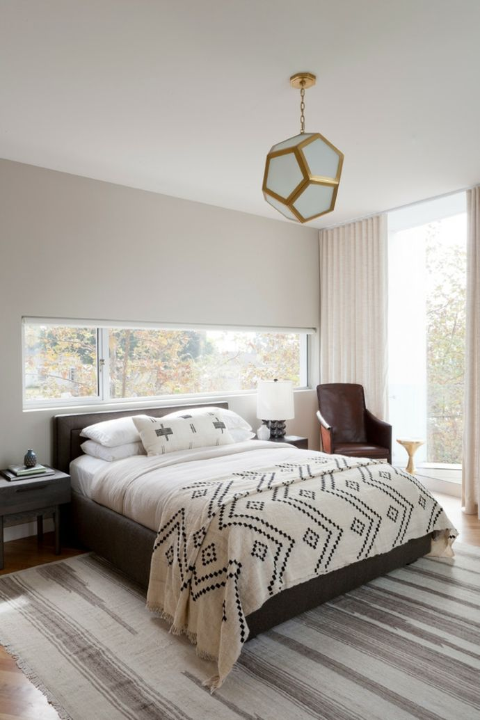 Bodentiefe Fenster Schwarz Weiß Ledersessel Pendelleuchte-Schlafzimmer design