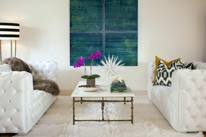 Chesterfieldsofa Couchtisch Orchidee Deko Stehleuchte Blau Schwarz Weiß-Feng Shui im Wohnzimmer