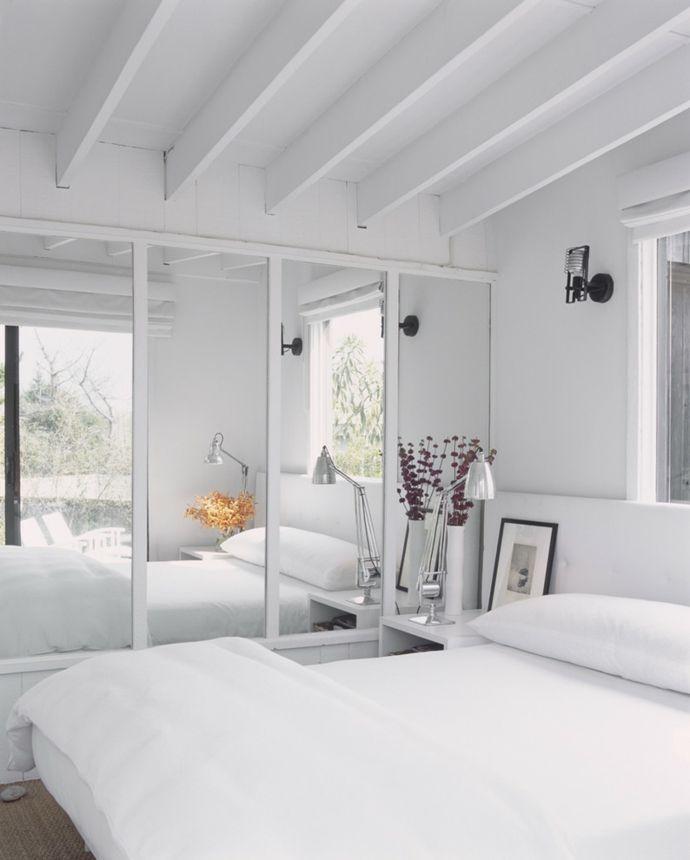 Doppelbett Kleiderschrank Spiegeltüren Deckenbalken Weiß-Schlafzimmer design
