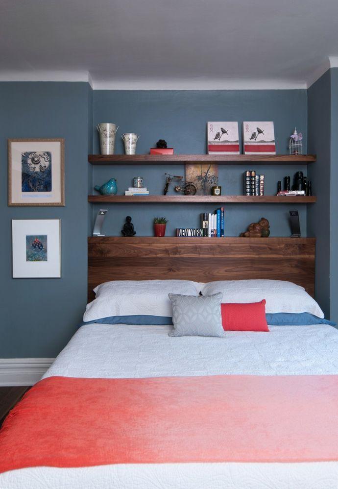 Doppelbett Wandregale Holz Blau Rot Weiß Schlafzimmer Design