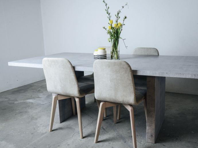 Essbereich Arbeitstisch Esstisch Stühle Holz Deko Vase Blumen modern-Dekoration aus Beton
