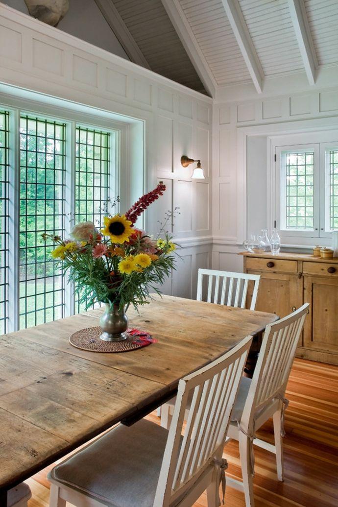 Esstisch Kommode Holz Schrägdach Weiß Glaswand Blumen Deko-Rustikale Ideen Küche