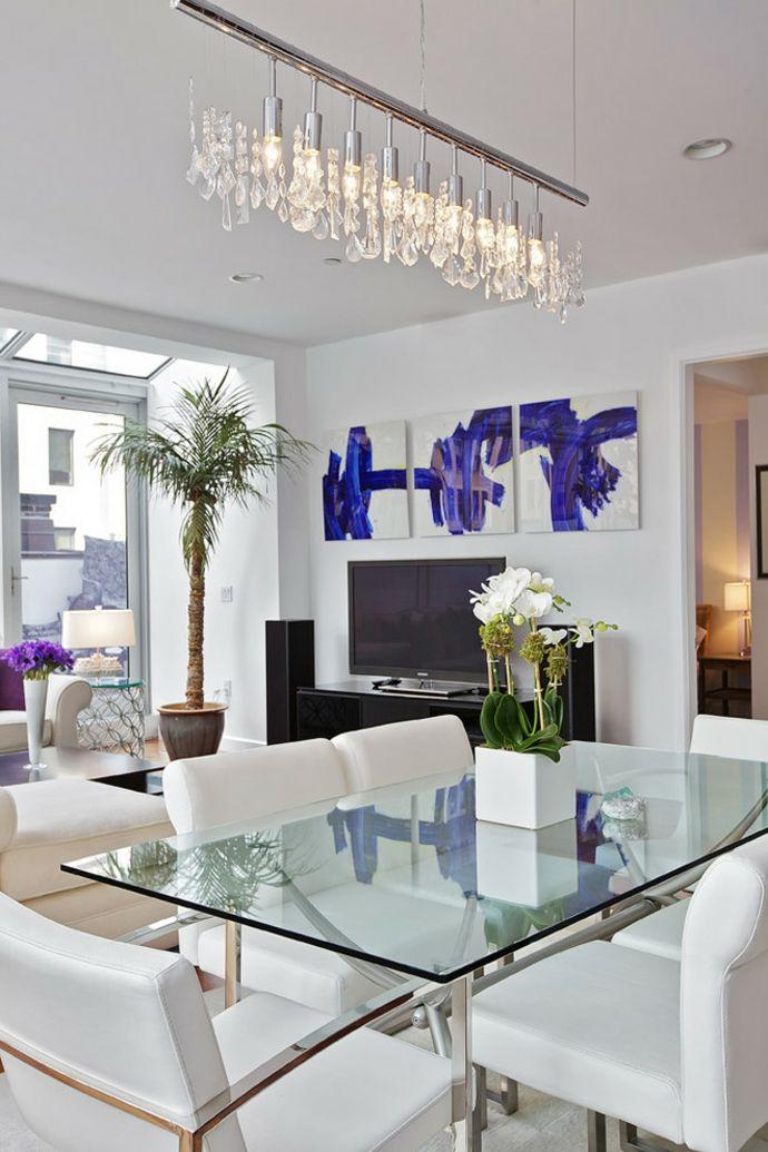 Esstisch Lederstühle Tischlampen Palme Blumen Lila Weiß-Kristall Kronleucter modern