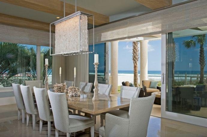 Esstisch Stühle Kerzenhalter Kerzen Sommer Schiebe Glastür Deckenbalken Holz-Kristall Kronleuchter elegant