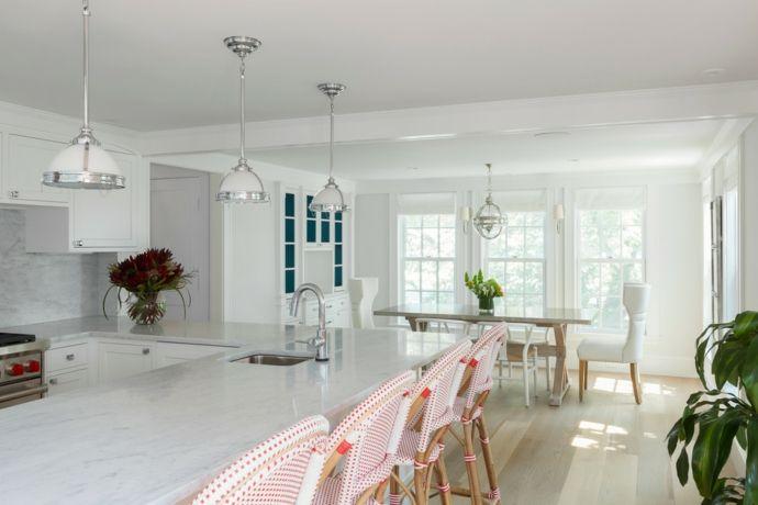 Esszimmer Esstisch Barhocker Hängeleuchte Ledersessel Pflanzen Weiß-Feng Shui in der Küche
