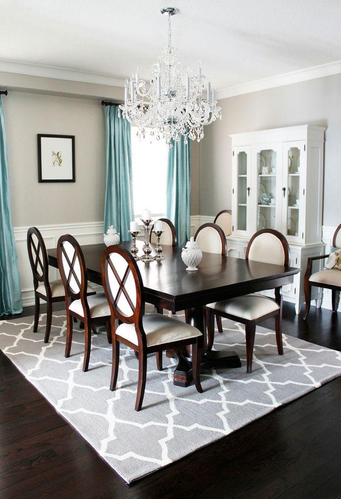 Esszimmertisch Holzstühle Geschirrschrank Teppich Muster modern Vorhänge Blau Weiß-Kristall Kronleuchter klassisch