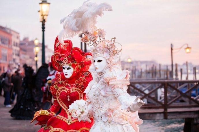 Feier auf den Straßen von Venedig-Karneval
