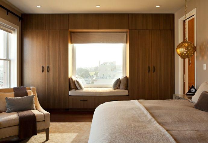 Fensterbank Einbaugarderobenschrank Massivholz warme Farben-Schlafzimmer design