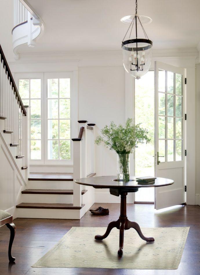 Foyer in Weiß Holzelemente Treppen-Flur Einrichtung