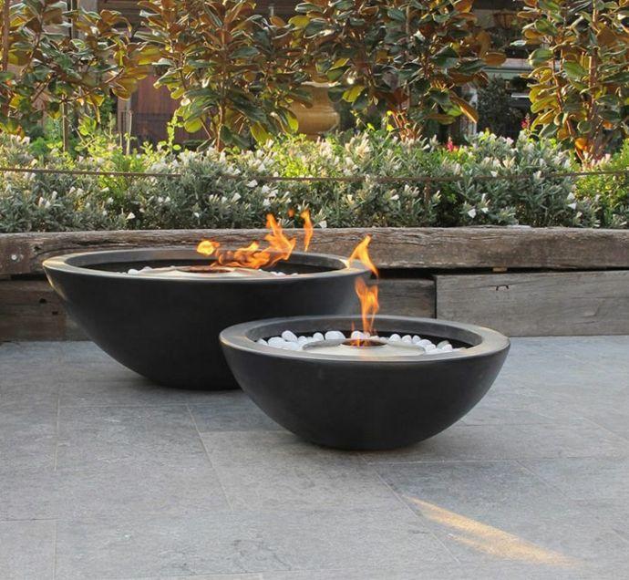 Garten Außenbereich Feuerstelle Steine Hozl Pflanzen Sträucher rund-Dekoration aus Beton