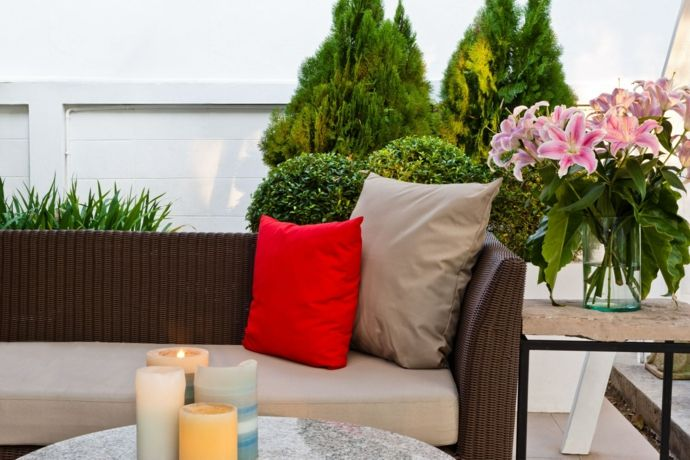 Garten Hinterhof Gemütlichkeit Gartensofa Deko Kissen Kerzen Amaryllis