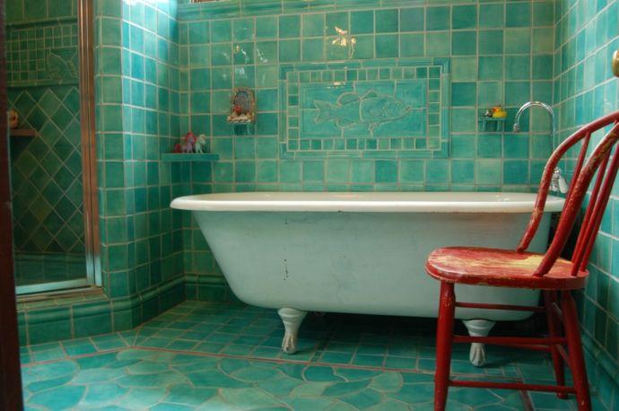 Gekacheltes Badezimmer in Türkisgrün-Gestaltung im maritimen Einrichtungsstil