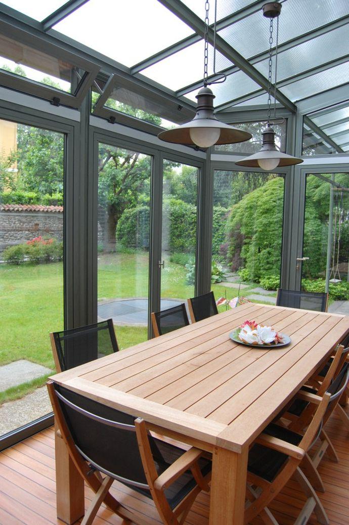 Glasveranda mit Holzmöbeln-Gestaltung der Veranda
