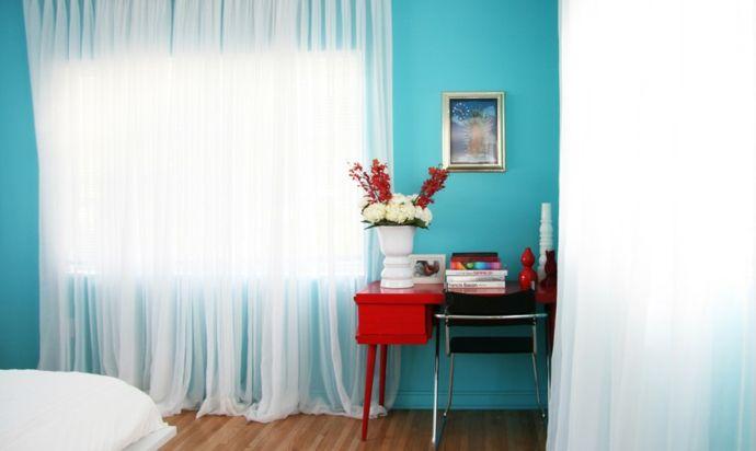 Hellblaue Wandfarbe und Akzente in Rot-Gestaltung im maritimen Einrichtungsstil