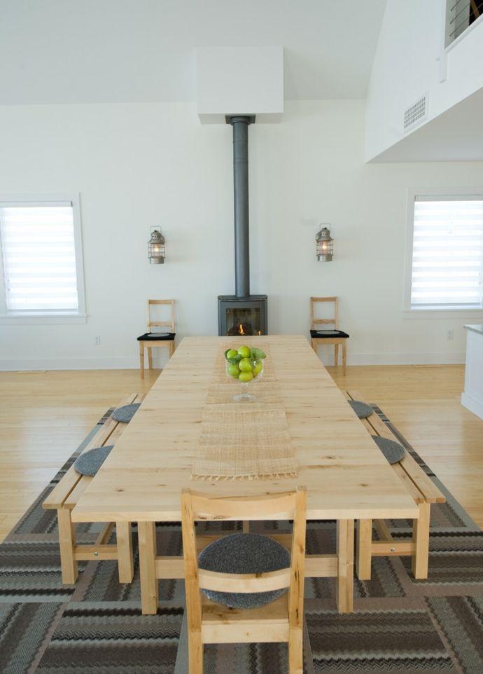 Helles Esszimmer mit Holzofen-Esstische