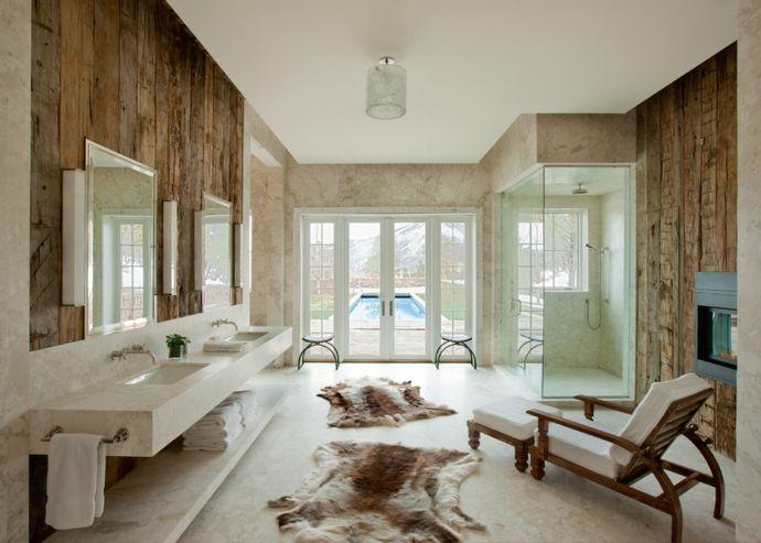 Holzwand Tier Fell Chaiselounge frankzösische Fenster Marmor Duschkabine Kamin opulent-Rustikale Badezimmer Ideen