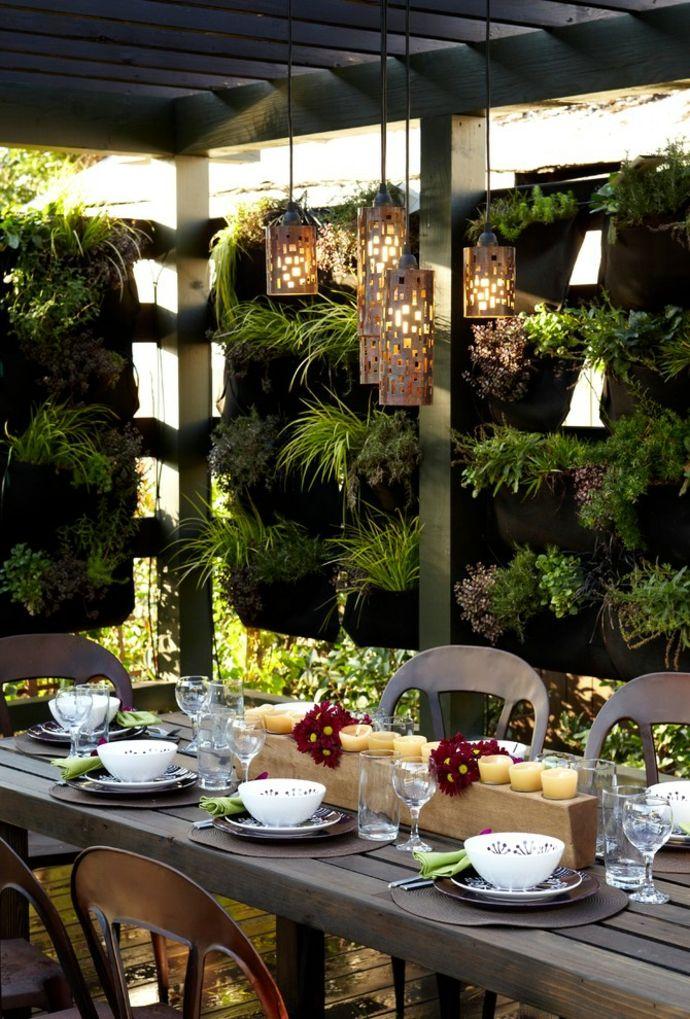 Innenhof Hinterhof Einrichtung grüne Wand Hängeleuchte gedeckter Tisch