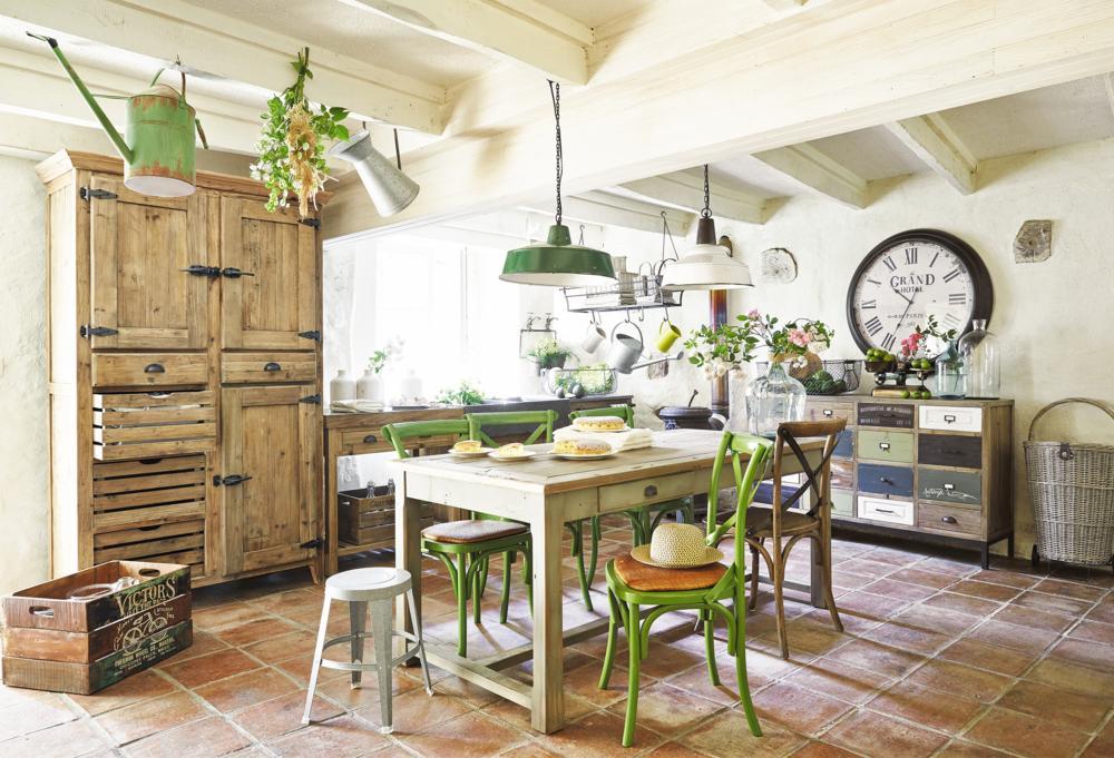 Küche Essbereich klassisch französisch Landhausstil Holz Vintage Wanduhr Hängelecuhte Patchwork Kommode Weidenkorb-Küchen Ideen