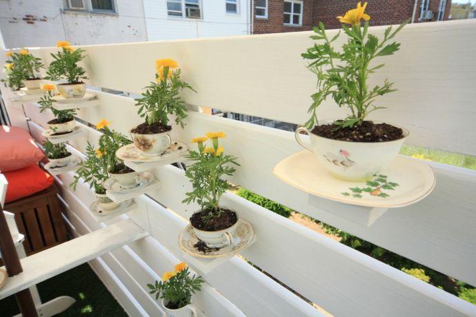 Kreative Dekoration mit Teetassen-Gestaltung der Veranda