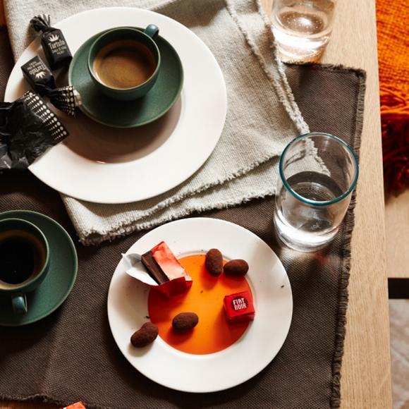 Leinen Deko Kaffee Kaffeepause Entspannen Leckereien Süßigkeiten Glas Wasser Beige Grün-Einrichtungsideen