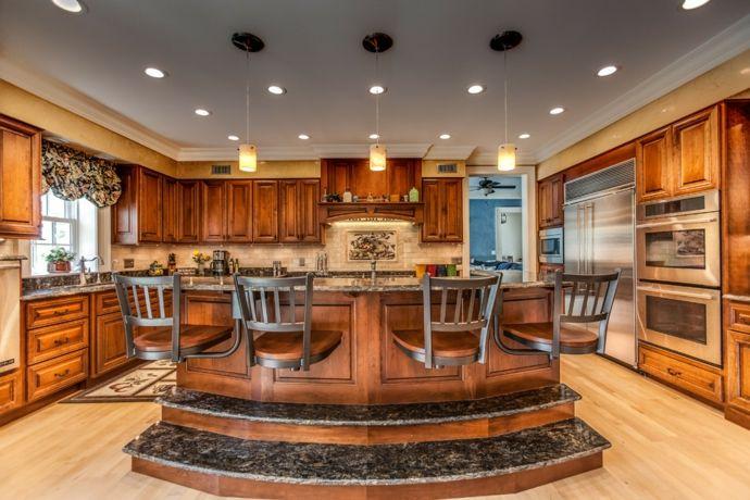 Moderne luxuriöse Küche aus Granit und Holz-Gestaltung im maritimen Einrichtungsstil
