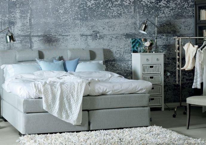 Schlafzimmer Arbeitsleuchte Badregal Deko Kissen Strickdecke Kleiderstange Weiß Hellblau Beige-Tapeten in Betonoptik Industrial Style