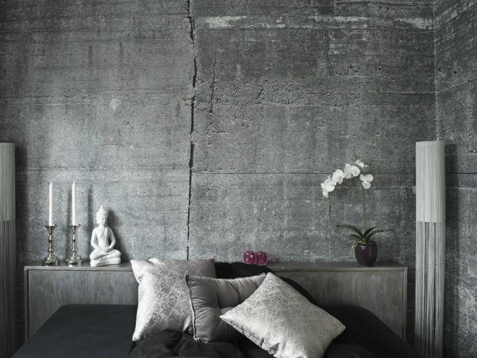 Schlafzimmer stilvoll Deko Kissen Orchidee Stehlampe Buddha Figur Kerzenhalter Silber Weiß-Tapeten in Betonoptik Industrial Style