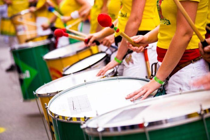 Schlagzeuger in bunten Uniformen-Karneval