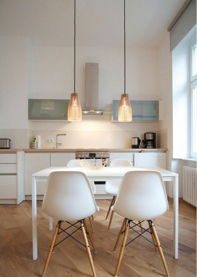 Schlichter weißer Esstisch und Eames Stühle in moderner Küche-Esstische