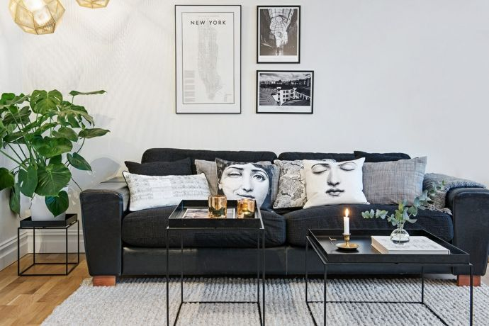 Skandinavischer Stil Geradliniges Sofa in Schwarz Deko Kissen Kerzen-Modernes Wohndesign
