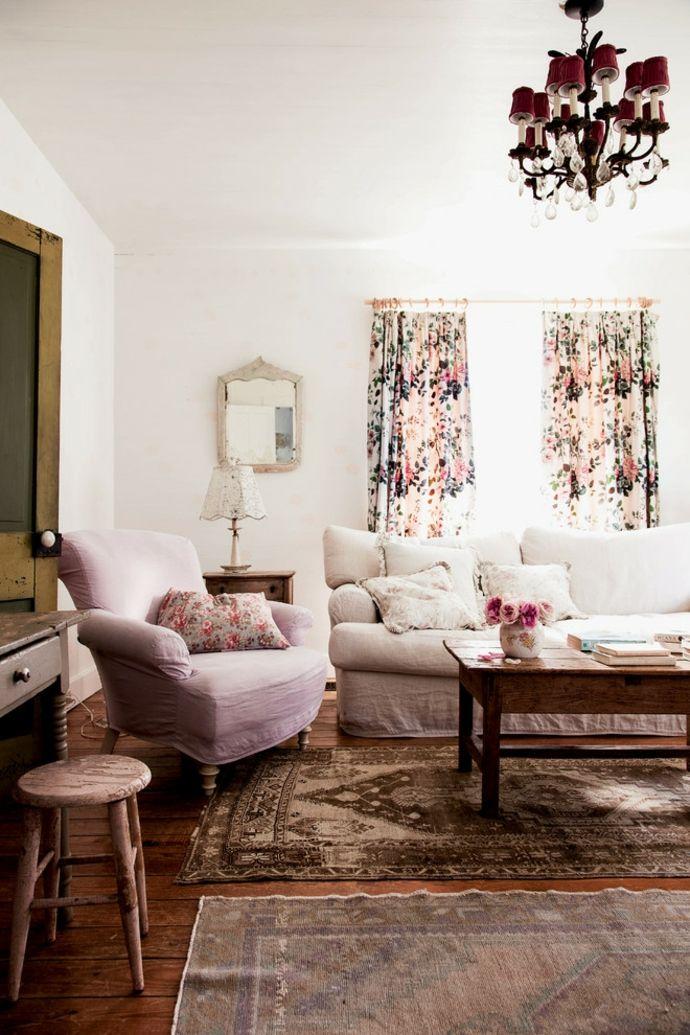 Sofa Sessel Stoff Vorhang Blumenmuster Rahmenspiegel Kronleuchter Teppich Rosa Weiß Holz-Shabby Chic Möbel