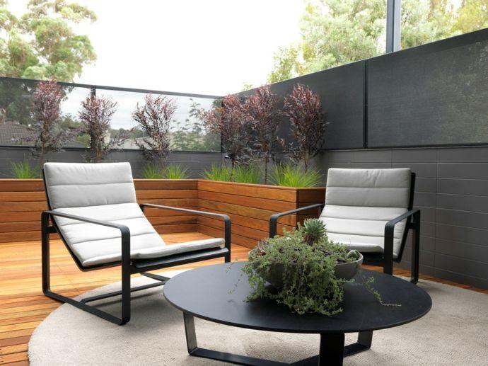 Terrasse Balkon gestalten Gartenmöbel Balkonpflanzen Außenbereich Teppich überdacht Holz