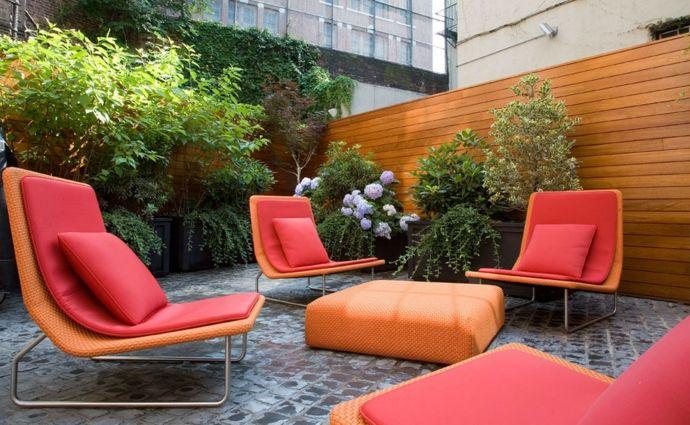 Terrassengestaltung Entspannbereich Rot Orange Pflanzengefäße modern