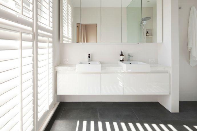 Waschtisch Waschbecken Spiegel Regale Jalousien Fliesen-Badezimmergestaltung Weiß
