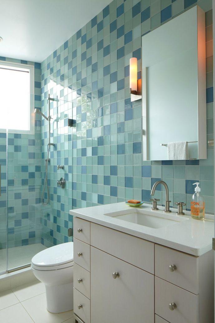 Waschtisch mit Schubladen Speigel Leuchte Fliesen Blau Grün Weiß-Badezimmermöbel Weiß