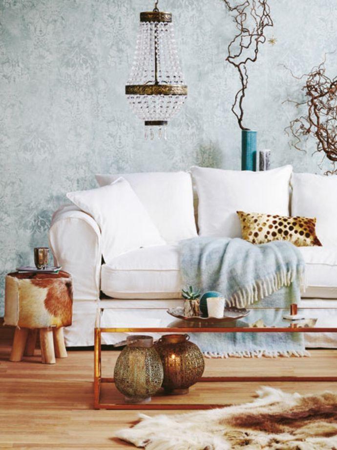 Weißes Sofa mit kuscheliger Decke in Babyblau-neue Romantik