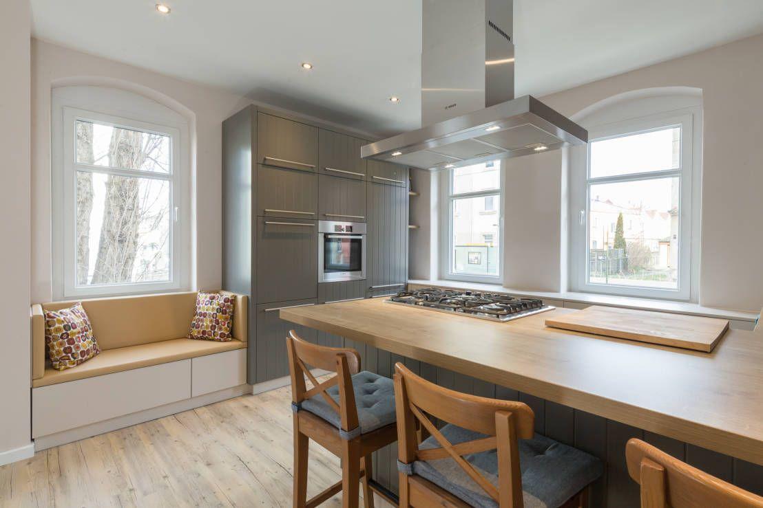Wohnideen Landhausküche Holz Stuhl Arbeitsplatte Dunstabzugshaube Einbaustrahler Fenstersitzbank modern Grau Weiß schlicht-Küchen Ideen