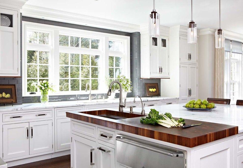 Wohnideen Landhausstil Kochinsel Weiß Holz Arbeitsplatten Küchensystem Küchenmodul Hängeleuchte modern Fliesenspiegel-Küchen Ideen