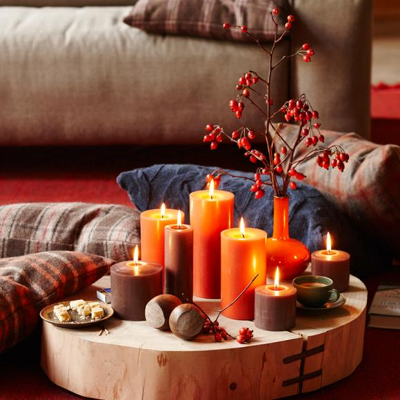 Wohnzimmer Entspannbereich Kerzen Ilex Querschnitt Baumstamm Massivholz  Rustikal Deko Kissen Rot Gelb Orange Einrichtungsideen