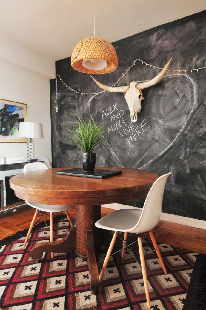 Wohnzimmer Rautenmuster Teppich Hängeleuchte Schiefertafel Eames Stuhl-Tafelwand