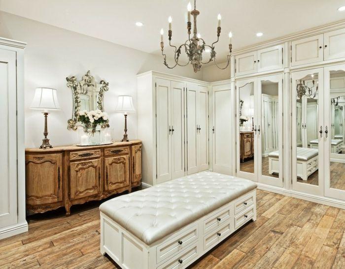 Üppige Einrichtung des Ankleideraumes-Der Kronleuchter verleiht dem Raum einen romantischen Look.-Offener begehbarer Kleiderschrank System Luxus Ankleide