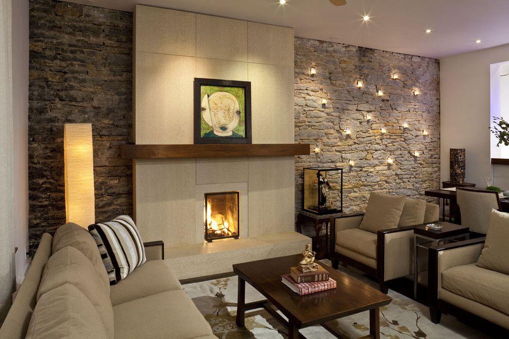 Üppige Gestaltung des Wohnzimmers-Steinoptik Steinwand Innendesign Wandkerzenhalter Beleuchtung Kamin Wohnzimmer Einrichtung