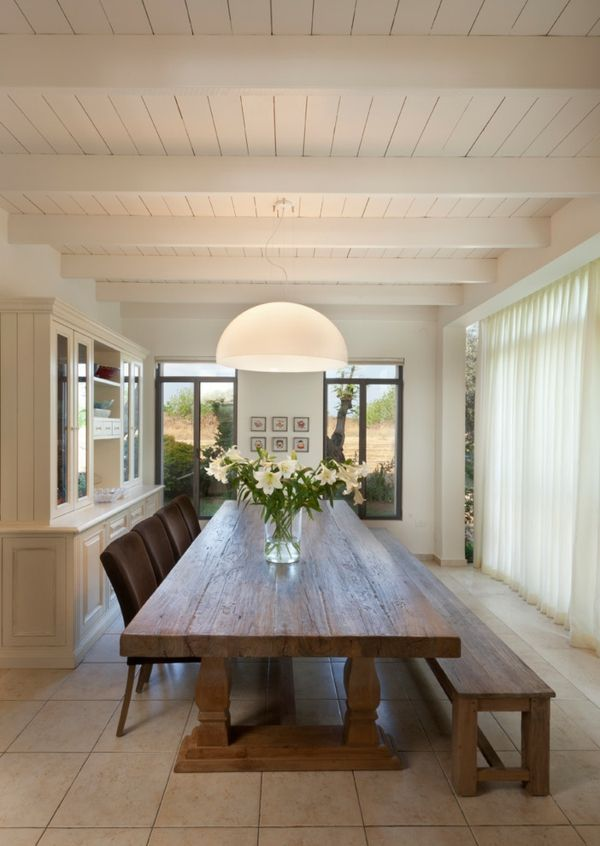Üppiges Esszimmer mit langem eleganten Familientisch-rustikal Essstühle Sitzbank Holz