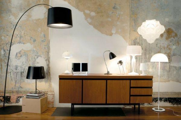 Arbeitstisch aus Holz und zeitgenössische Beleuchtungskörper-Einrichtung mit industriellen Möbeln