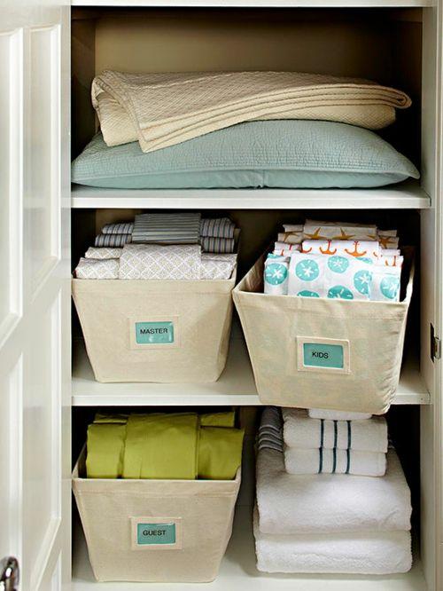 Aufbewahrungsboxen im Kleiderschrank organisieren-Aufbewahrung Kleiderschrank Ordnung schaffen Haushalt Stoffbehälter