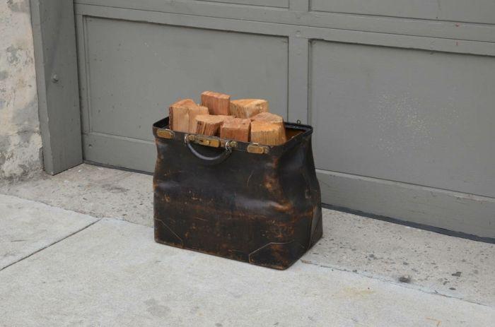 Ausgefallene Aufbewahrungsidee für Brennholz-Holzaufbewahrung Brennholz Kaminholz Brennholzlagerung Ideen einzigartig Ledertasche antik